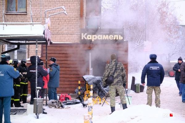 У главного входа в отель «Карамель» валит горячий пар