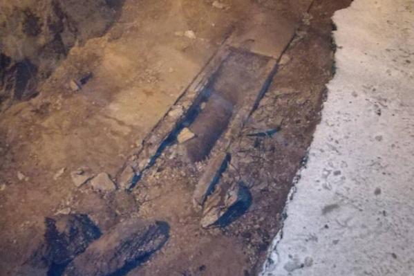 Повреждённую трубу откопали и залатали