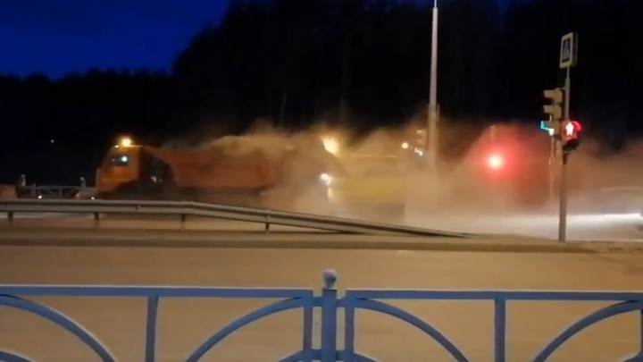 На Краснолесья коммунальщики убрали пыль с дороги на припаркованные автомобили