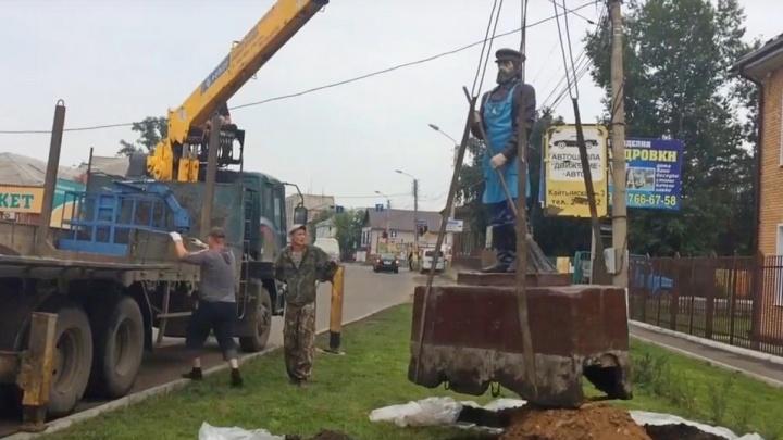 В Канске убрали памятник дворнику после критики властей за уборку. Горожане ответили клипом