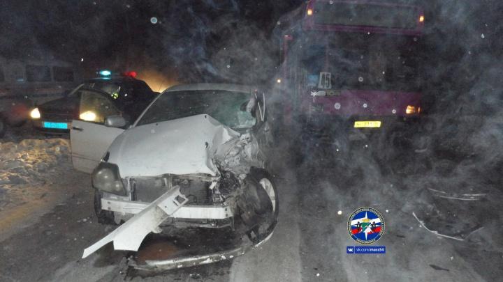 Сибирячка за рулём «Тойоты» вылетела на встречку и врезалась в автобус на ОбьГЭСе
