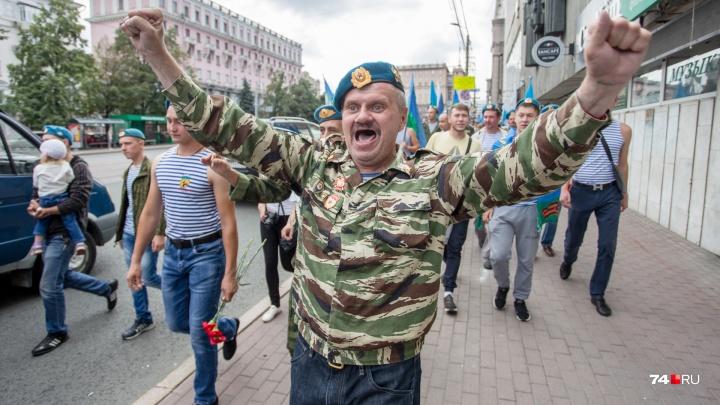 Без алкомаркетов: в День ВДВ полиция Челябинска с собаками охраняла десантников