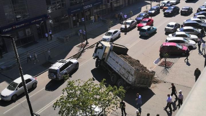 Грузовик провалился под асфальт на проспекте Мира и заблокировал движение