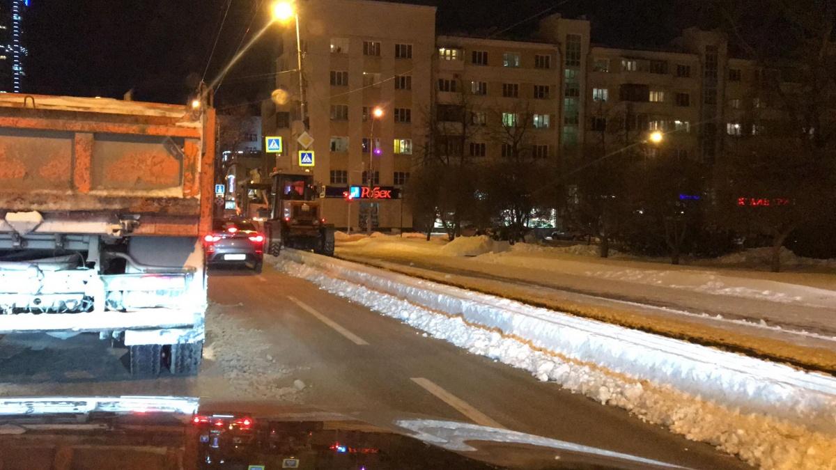 «Все силы бросили на дороги»: общественник проверил, как убрали Екатеринбург после снегопада