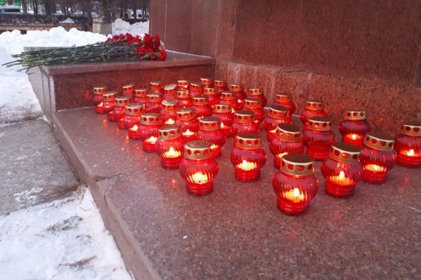 Сегодня в память о погибших у памятника Орлёнку челябинцы зажгли 39 свечей