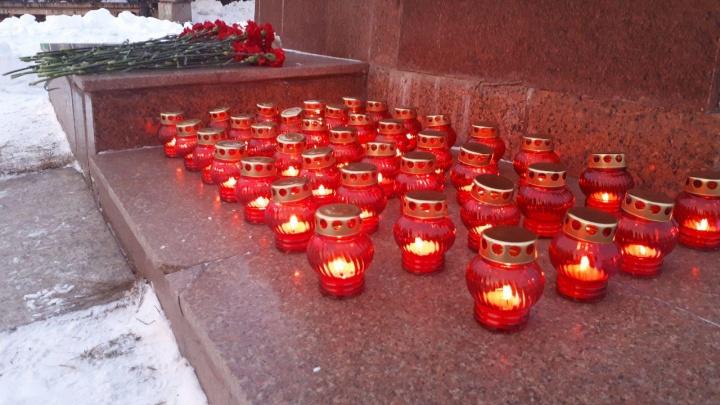 Челябинцы зажгли свечи в память о погибших при взрыве дома в Магнитогорске