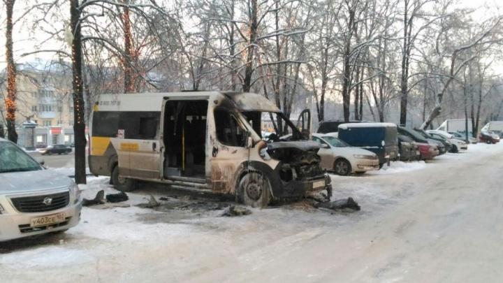 В Уфе полностью выгорел пассажирский микроавтобус