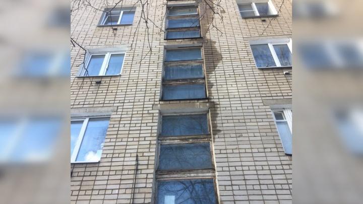 «Скоро зальёт счетчики и коротнёт»: в центре Ярославля сосулька пробила крышу многоэтажки