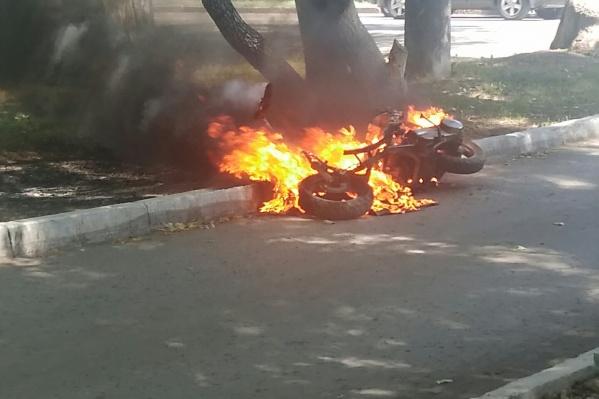 Скутер сгорел почти весь