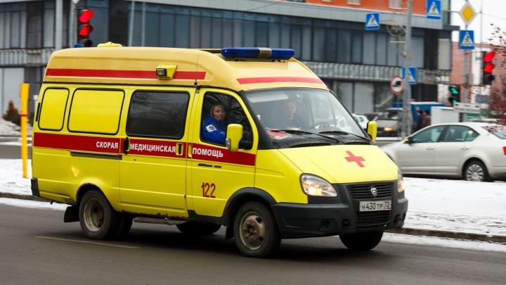 Тюменец потерял 800 миллилитров крови, поранившись при установке двери