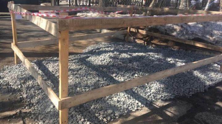 В Уфе засыпали щебнем провалившийся участок асфальта