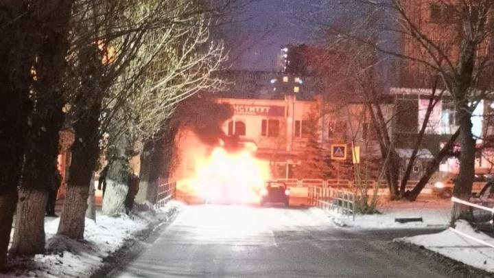 «Слышны хлопки»: в центре Челябинска после ДТП вспыхнула машина
