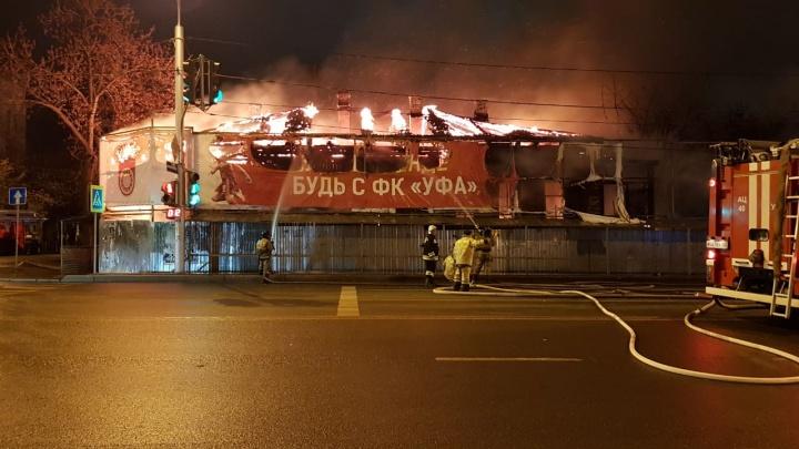 В Уфе горит старинный особняк, пожар попал на видео