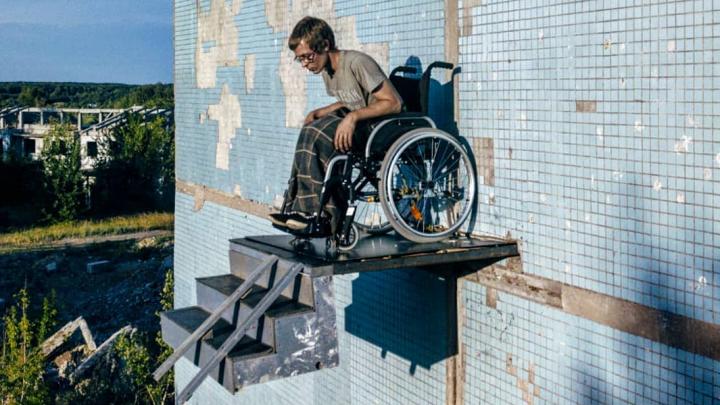 Самарский художник устроил перформанс в инвалидной коляске