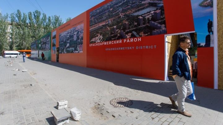 Выжившие ларьки в центре Волгограда спрятали под разноцветными баннерами