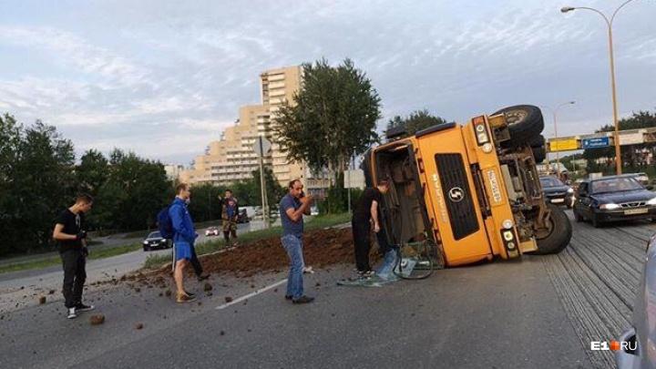 На Объездной дороге в районе Ботаники опрокинулся грузовик. Образовалась большая пробка