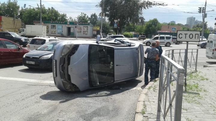 «Тойота» легла на бок после аварии на улице Фрунзе