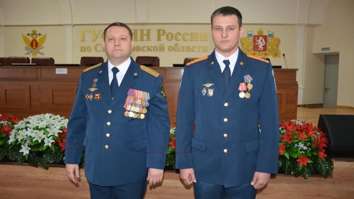 В Екатеринбурге наградили спецназовца, который спас жизнь попавшего в аварию водителя