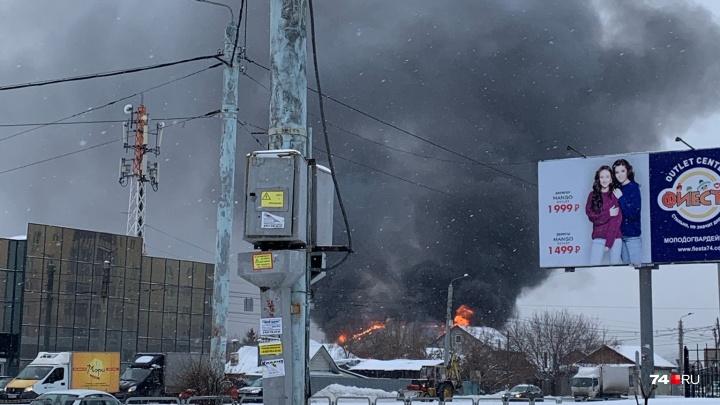 Всё заволокло чёрным дымом. На Северо-Западе Челябинска произошёл крупный пожар