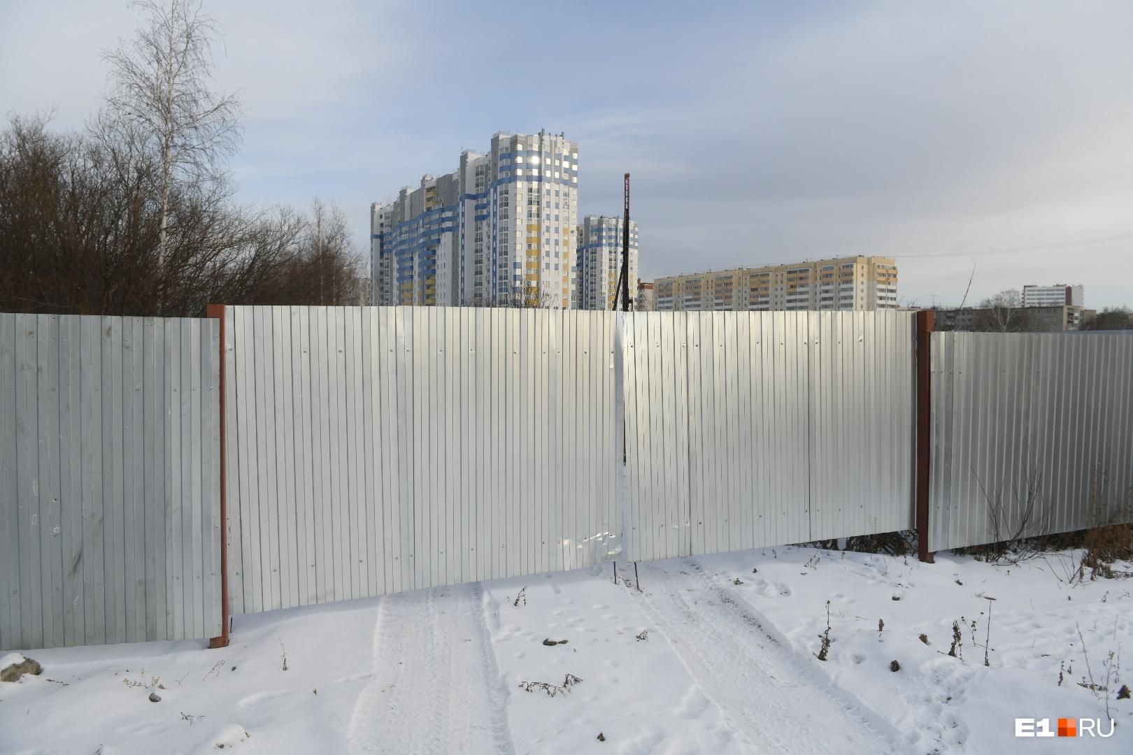 Площадка огорожена забором
