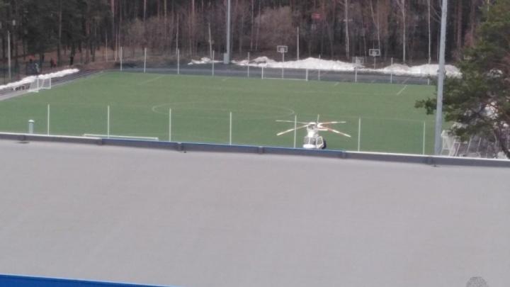Вертолет медицины катастроф приземлился на стадион в Компрессорном