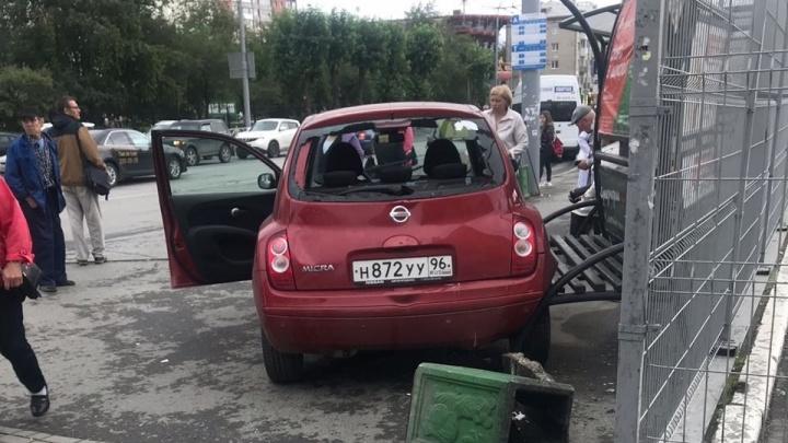 Дорожное видео недели: неадекватная женщина-водитель, подбитые гаишники и перевозка гигантских баков