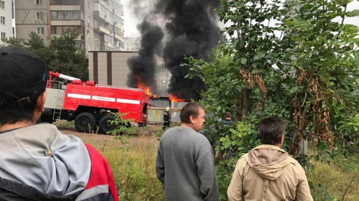 В Уфе горит строительная бытовка