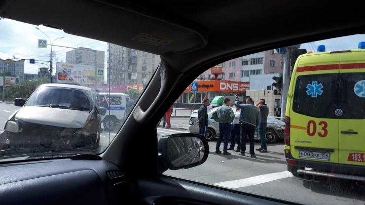 Отбросило в столб: в Октябрьском районе столкнулись седан и минивэн