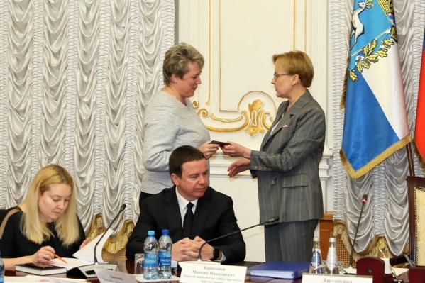 Нового руководителя (слева) чиновникам представила глава города Елена Лапушкина (справа)