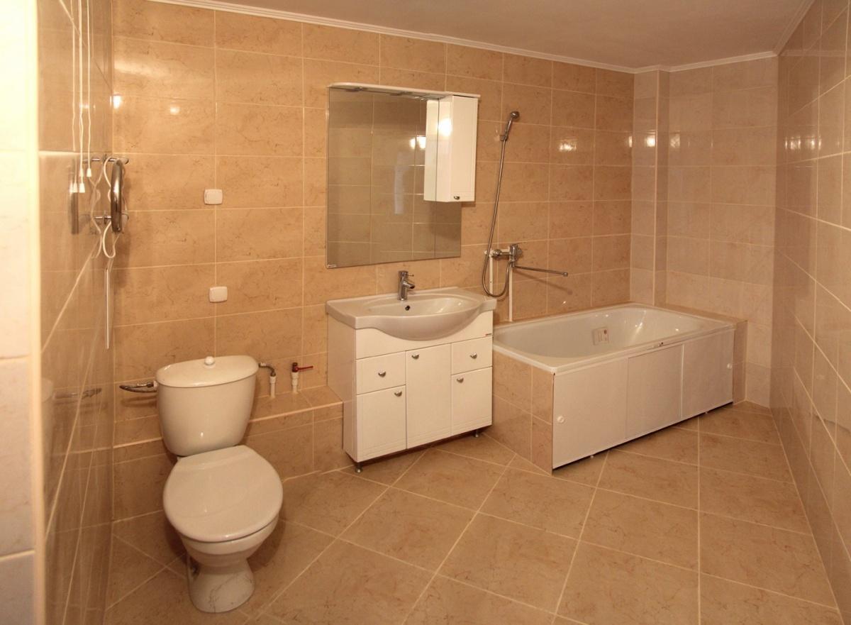 Сделаны даже санузлы: кроме ванны и унитаза установлена раковина, тумбочка и зеркало