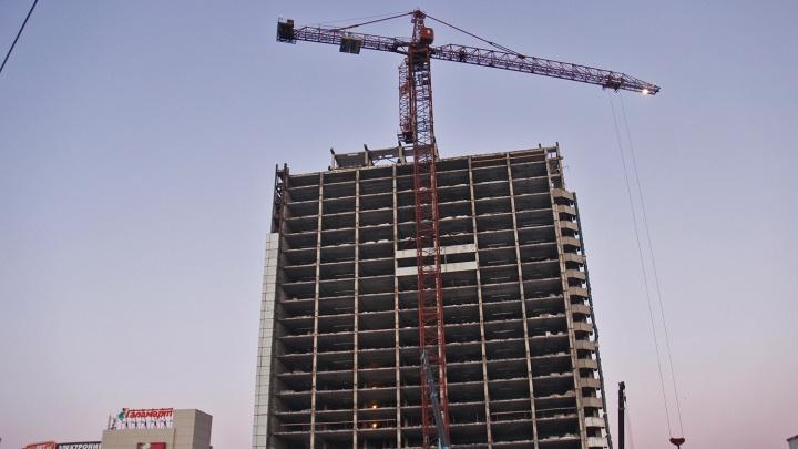 А отель-то голый: рабочие разобрали фасад гостиницы «Турист» на площади Маркса