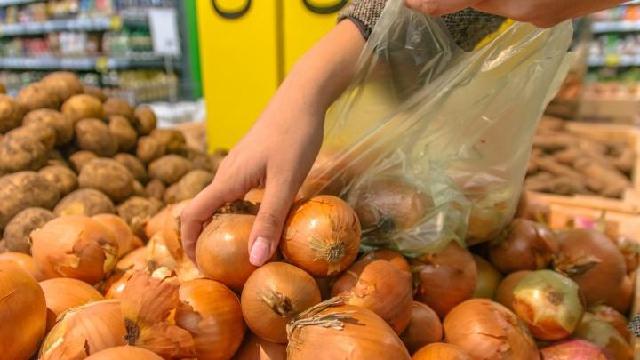 В магазинах Самарской области эксперты сняли с витрин 31 кг фруктов и овощей