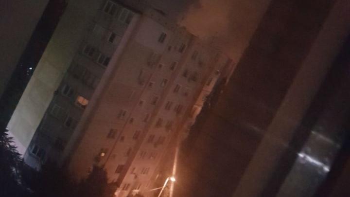В многоэтажном доме на Орбитальной сгорела квартира