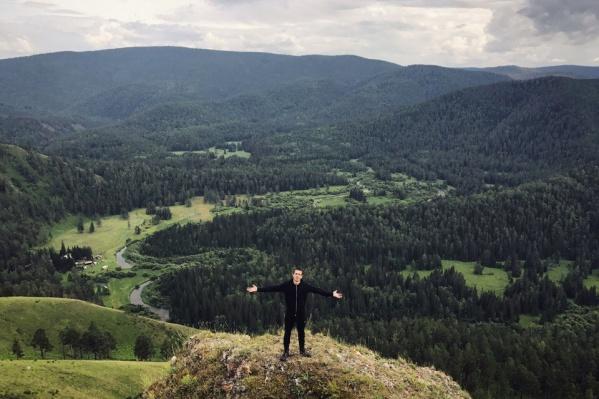 С Торгашинского хребта открывается потрясающая панорама на горы и зелёные долины