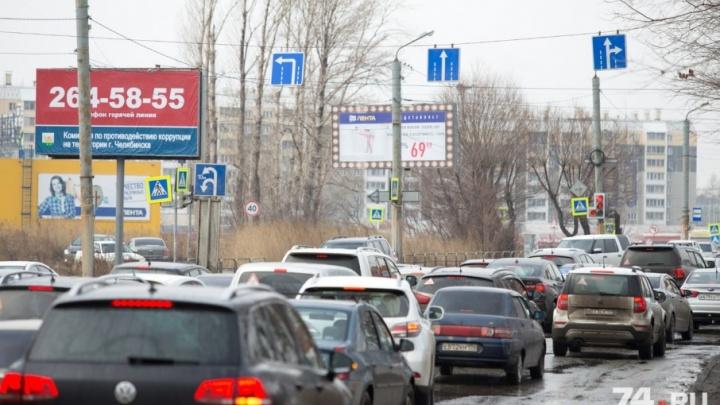 «Лента» ни при чём? Кто установил странный светофор на перекрёстке Кашириных — Краснознамённая