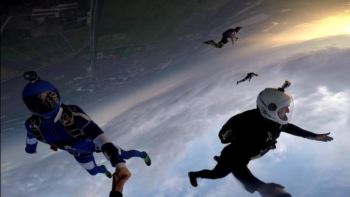 Уральские экстремалы записали на видео эффектное свободное падение с высоты четырех километров