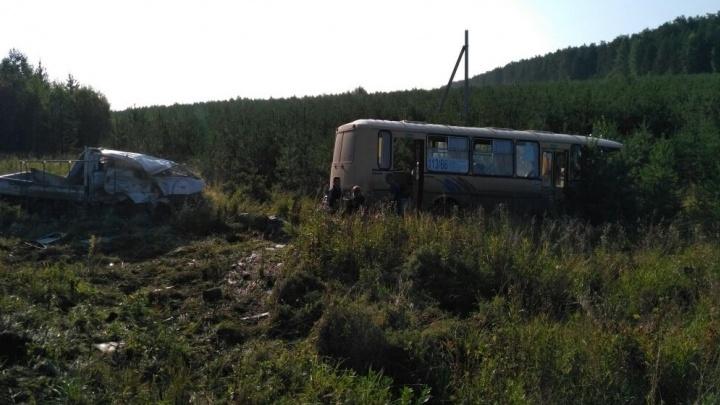 Под Арамилем пассажирский автобус столкнулся с грузовым фургоном