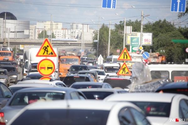 На улице Доватора из-за ремонта возникают гигантские пробки