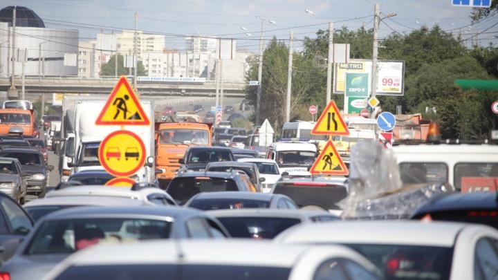 Терпеть несколько месяцев: в двух районах Челябинска ограничили движение на оживлённых дорогах
