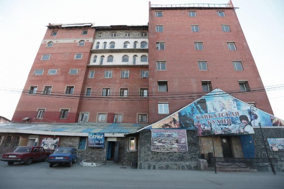 Внутри здание достроено только до третьего этажа