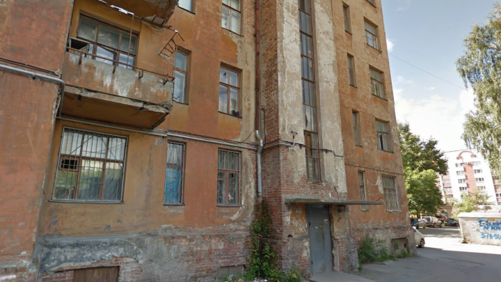 В центре Екатеринбурга снесут заброшенную шестиэтажку, которая раньше была корпусом Городка милиции