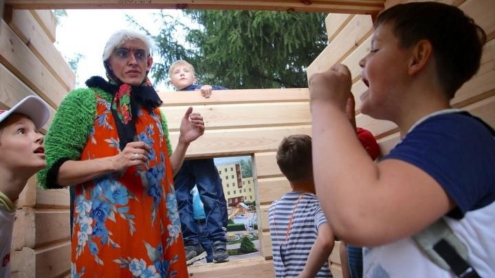 Шпаклевали, строили, пилили: в парке Маяковского построили дом для Бабы-Яги