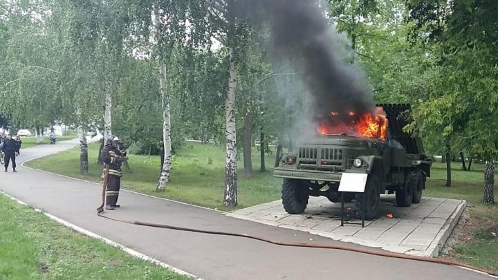 Вандалы подожгли военную технику в парке Победы в Кумертау