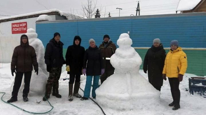 На Первомайке группа подростков разгромила снежный городок, который весь день лепили жители