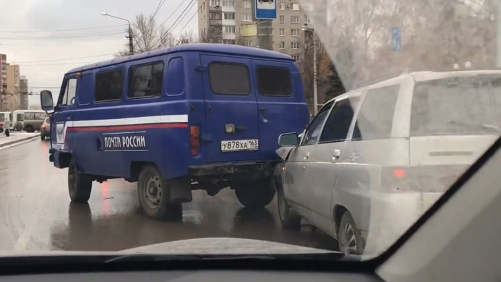 Огромная пробка: на Ново-Вокзальной «одиннадцатая» догнала автомобиль «Почты России»
