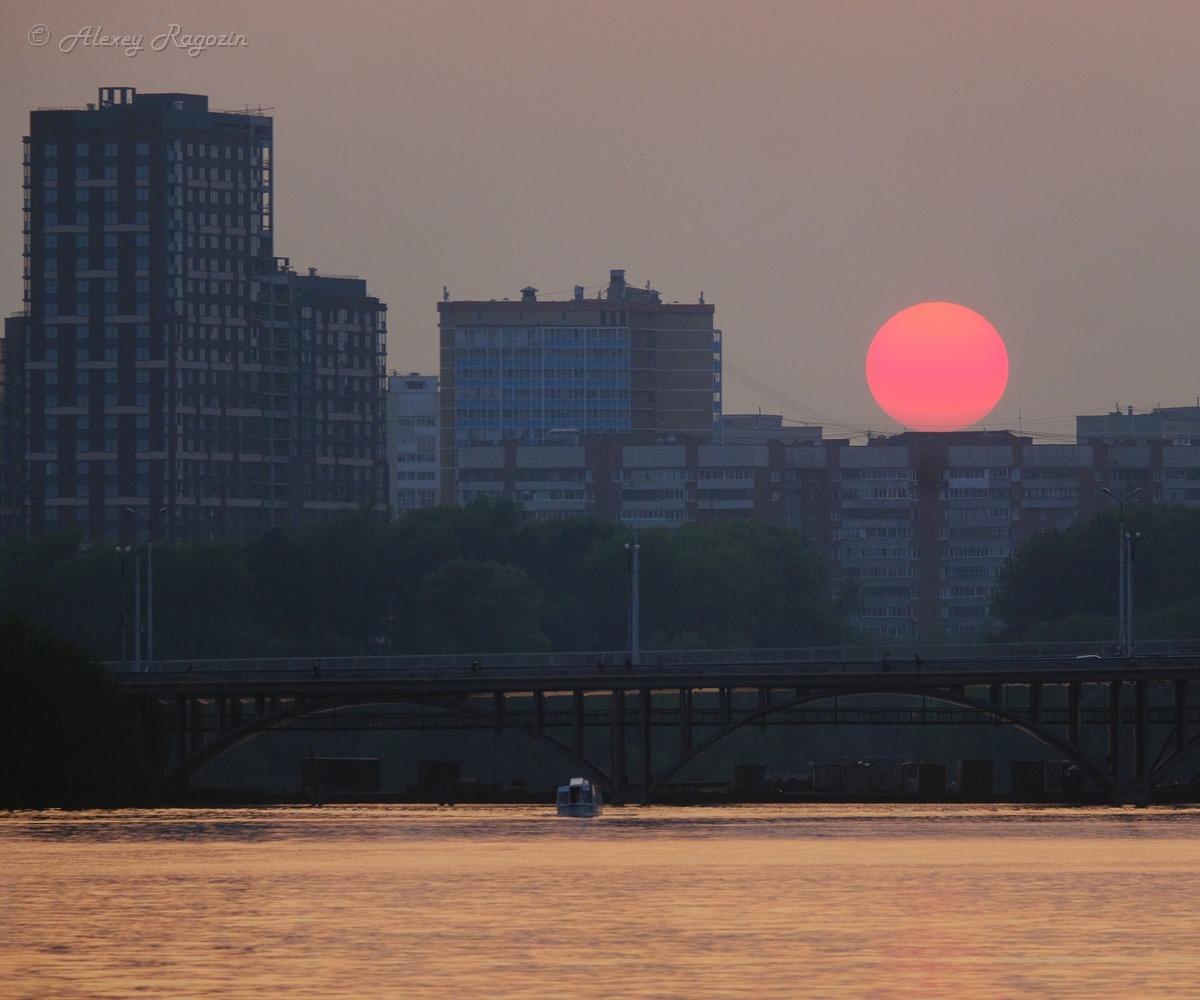 Автор снимка подписал его: «смакуя смог японского заката»
