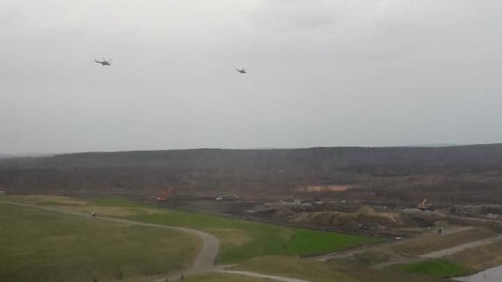 «Второй день летают»: над Академическим нарезают круги военные вертолеты