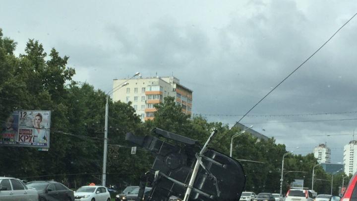 В Уфе оторвавшиеся провода выдрали у машины багажник
