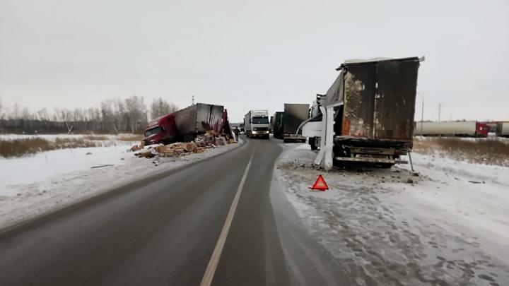 Трассу под Новосибирском засыпало коробками с бытовой техникой