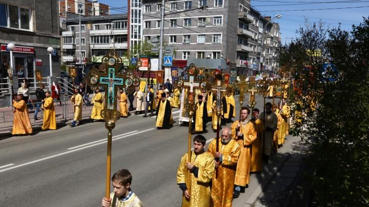 Тысячи верующих новосибирцев вышли в центр города на крестный ход